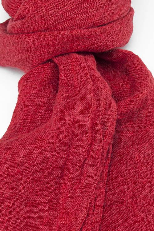 Czerwony jaskrawy szalik.