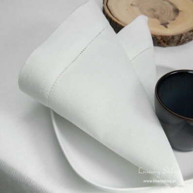 Lniana biała ażurowa serwetka bankietowa.