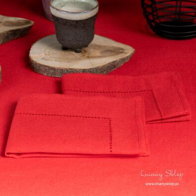 Wiśniowa serwetka stołowa wykończona mereżką.