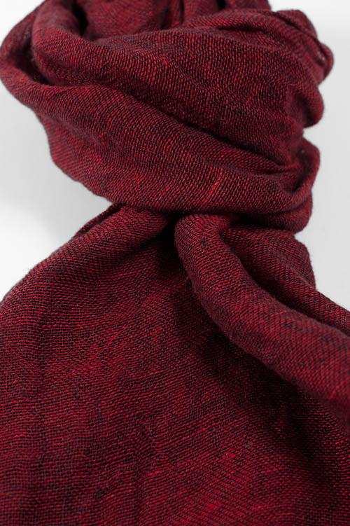 Ciemny czerwony szalik.
