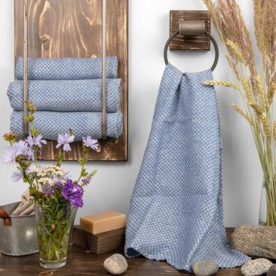 Niebieski ręcznik kąpielowy w krateczkę.