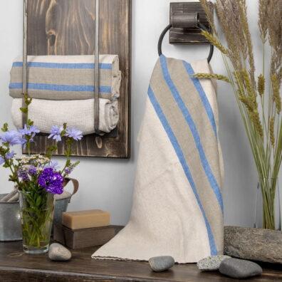 Ręcznik kąpielowy w pasy szare i niebieskie.