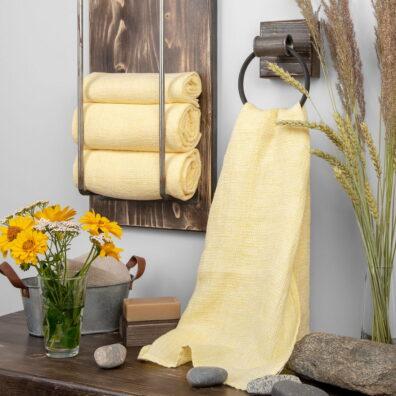 """Lniany żółty """"waflowy"""" ręcznik kąpielowy."""