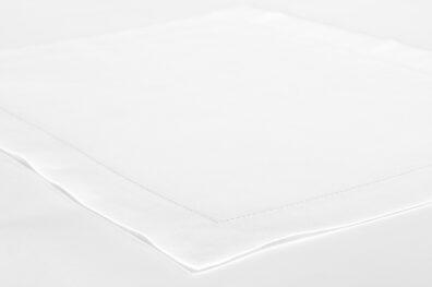 Biała podkładka stołowa ozdobiona szeroką bordiurą