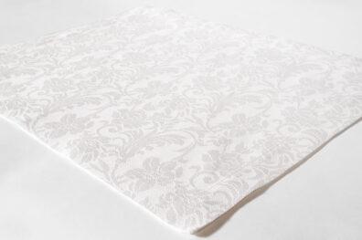 Biała żakardowa podkładka stołowa.