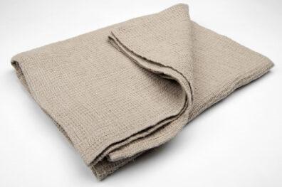 Lniany szary ręcznik kąpielowy.
