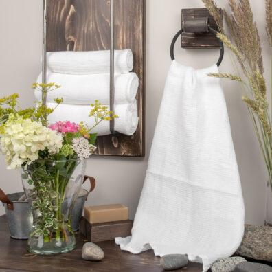 Lniany biały ręcznik kąpielowy.