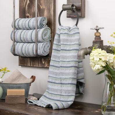 Szary lniany ręcznik kąpielowy w niebiesko – zielone paski.