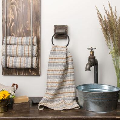 Szary lniany ręcznik kąpielowy w piaskowo – brązowe paski.
