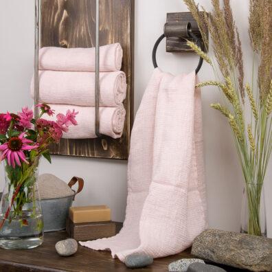 Różowy lniany ręcznik kąpielowy.
