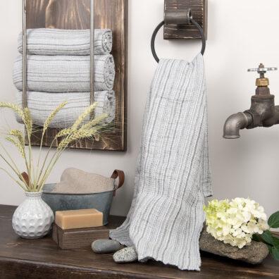 Szary w drobne paski ręcznik kąpielowy