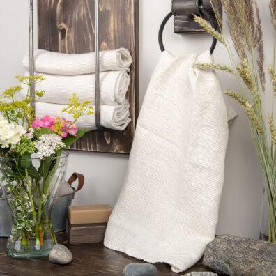 Lniany ręcznik kąpielowy w biało - szare paski.