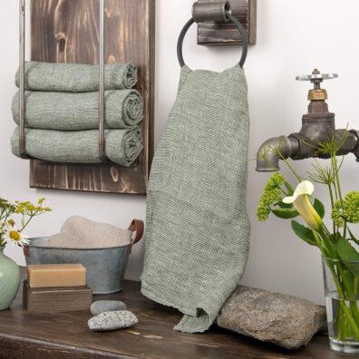 Zielony lniany ręcznik kąpielowy.