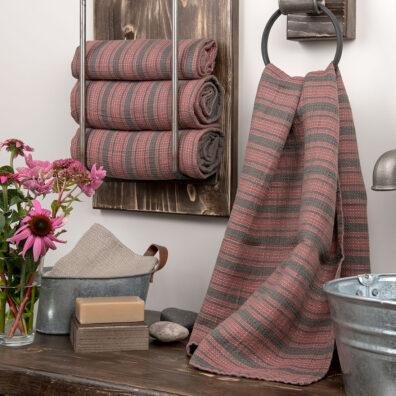Różowo-szary ręcznik kąpielowy w paski