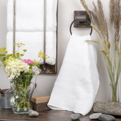 Biały ręcznik kąpielowy.