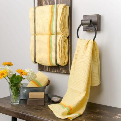 Żółty lniany ręcznik kąpielowy.