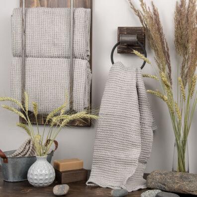 Jasnoszary ręcznik kąpielowy