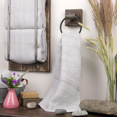 Jasny szary lniany ręcznik kąpielowy, wzór waflowy.