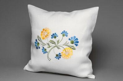 Mała biała haftowana w kwiaty poszewka na poduszkę.