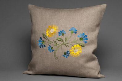 Lniana powłoczka na poduszkę haftowana w kwiaty.