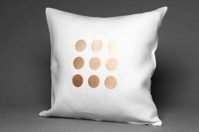 Biała powłoczka na poduszkę w połyskujące grochy.