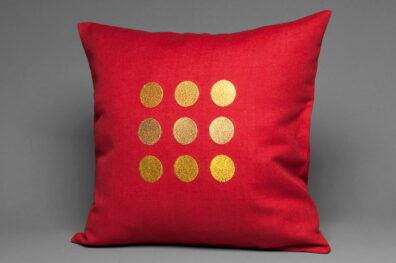 Powłoczka na poduszkę czerwona w złotawe grochy.