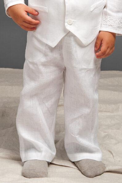 Białe lniane spodnie dla chłopca.