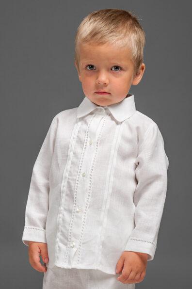 Biała lniana koszulka z kołnierzykiem.