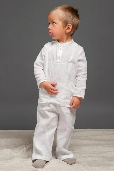Biała lniana koszulka dla chłopaka.