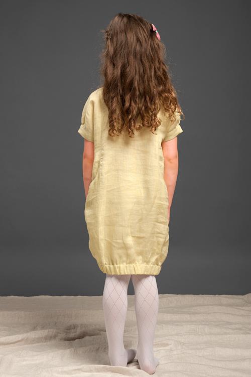 Szerszy dół sukni ściągnięty gumką.