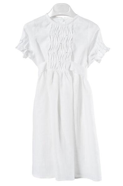 Biała sukienka ozdobiona koralikami.