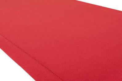 Czerwony bieżnik wykończony mereżką