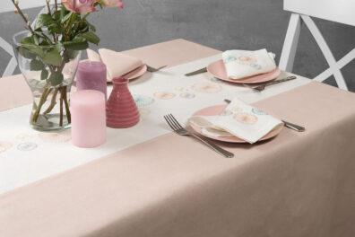 Lniany pastelowy różowy haftowany obrus