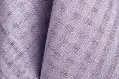 Fioletowa prześwitująca tkanina lniana.