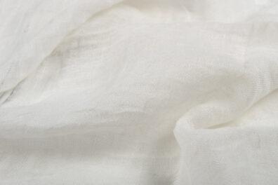 Mlecznobiała tkanina lniana, prana.