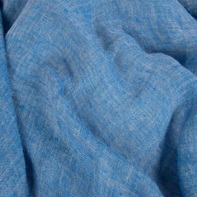 Przeźroczysta szaro-niebieska tkanina lniana, prana.