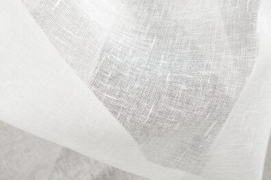 Mlecznobiała (ecru) przeźroczysta tkanina lniana.