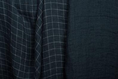Dwuwarstwowa granatowa tkanina lniana, prana