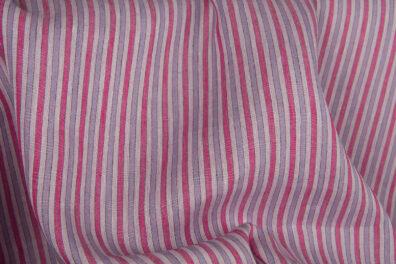 Tkanina lniana w różowe i fioletowe paski.