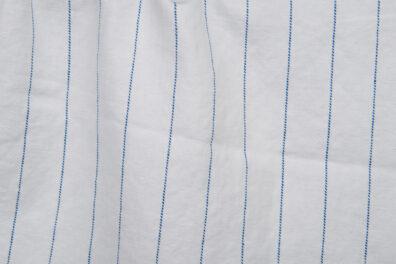 Śnieżnobiała prana tkanina w niebieskie paski