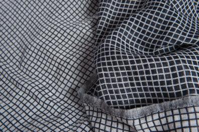 Dwustronna prana tkanina w biało-czarną krateczkę