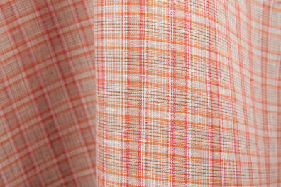 Tkanina lniana w czerwoną kratkę.