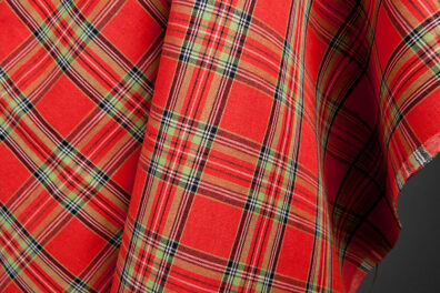 Czerwona lniano-bawełniana tkanina w szkocką kratkę.