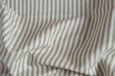 Lniano-bawełniana tkanina w szare paski.
