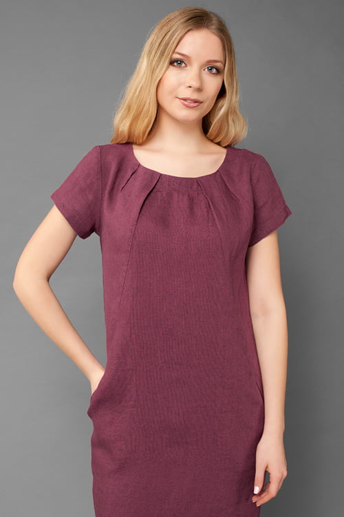 Czerwona o fioletowym odcieniu suknia lniana.