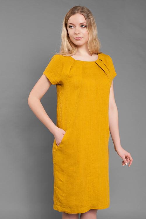 Żółta, sięgająca kolan suknia lniana.
