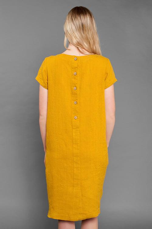 Na plecach suknia zapina się na 5 guzików.