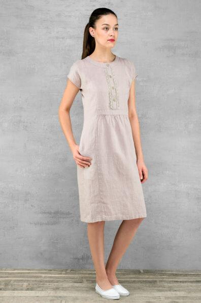 Liliowa lniana sukienka ozdobiona koronką.