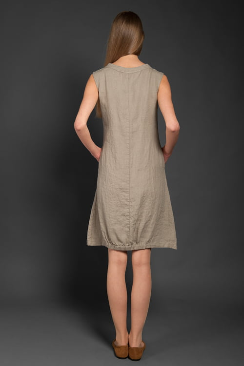 Dół sukni ściągany gumką.