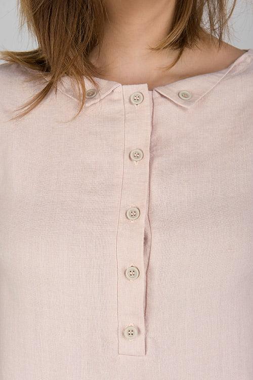 Różowa lniana sukienka z przodu zapinana na guziki.